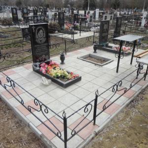 Кованая оградка с легким узором - Камень памяти - Примеры других исполнителей