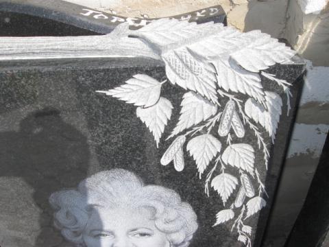 Гранитный памятник, листья березы - Камень памяти - Примеры других исполнителей