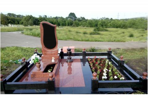 Мемориальный комплекс из гранита с большой клумбой - Камень памяти - Примеры других исполнителей